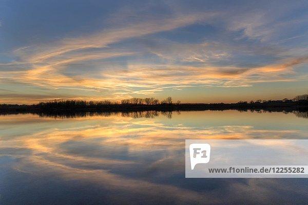Sonnenuntergang über dem Ada Hayden See  Ames  Iowa  USA  Nordamerika