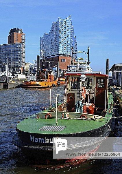 Barkasse mit Aufschrift Hamburg  Elbphilharmonie  Hafen  Hamburg  Deutschland  Europa