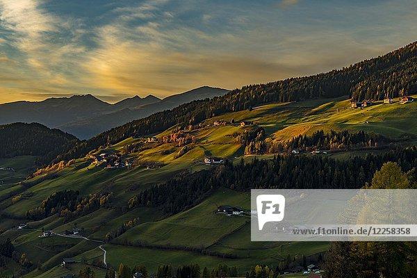 Villnößtal im Herbst bei Abendlicht  St. Magdalena  Südtirol  Italien  Europa