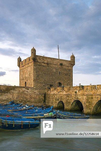 Skala du Port  Festungsmauern an der Küste des 18. Jahrhunderts am Fischereihafen in der Abenddämmerung  Essaouira  Marrakech-Safi  Marokko  Afrika