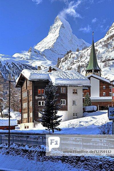 Typisches Walliser Haus im alten Ortsteil an der Mattervispa und Kirchturm im Winter  hinten Matterhorn 4478m  Zermatt  Mattertal  Wallis  Schweiz  Europa