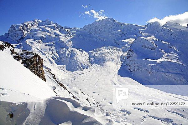 Ausblick vom Gornergrat über den Gornergletscher auf Monte Rosa mit Dufourspitze 4634m und Liskamm 4527m  im Winter  Zermatt  Mattertal  Wallis  Schweiz  Europa