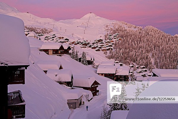 Ortsansicht tief verschneit bei Abenddämmerung  Bettmeralp  Aletschgebiet  Oberwallis  Wallis  Schweiz  Europa