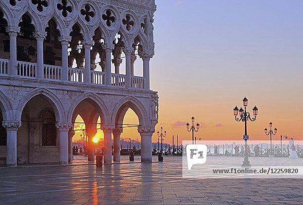 Piazzetta mit Dogenpalast bei Sonnenaufgang  Venedig  Italien  Europa