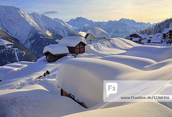 Verschneite Kapelle Maria zum Schnee im Dorfzentrum  dahinter Fletschhorn 3985m  Dom 4545m und Matterhorn 4478m  Bettmeralp  Aletschgebiet  Oberwallis  Wallis  Schweiz  Europa