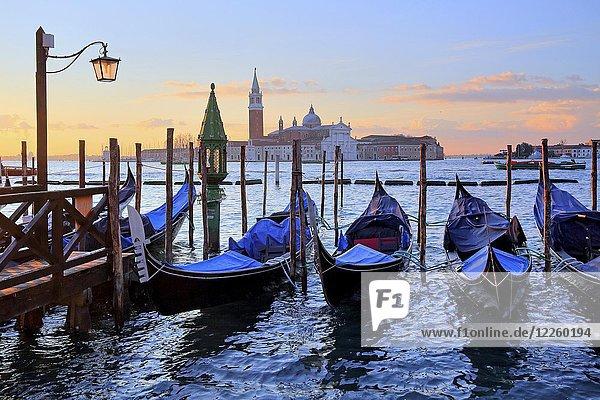 Gondeln vor der Piazzetta an der Lagune  hinten Insel San Giorgio  Venedig  Italien  Europa