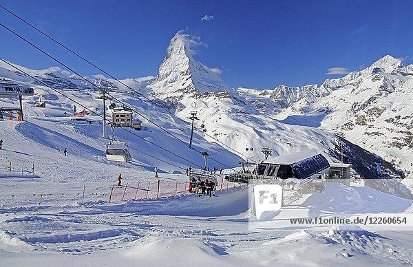 Skigebiet Riffelberg mit Sessellift  hinten Matterhorn 4478m  Zermatt  Mattertal  Wallis  Schweiz  Europa