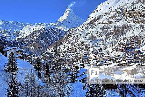 Ortsansicht mit Matterhorn 4478m im Winter  Zermatt  Mattertal  Wallis  Schweiz  Europa