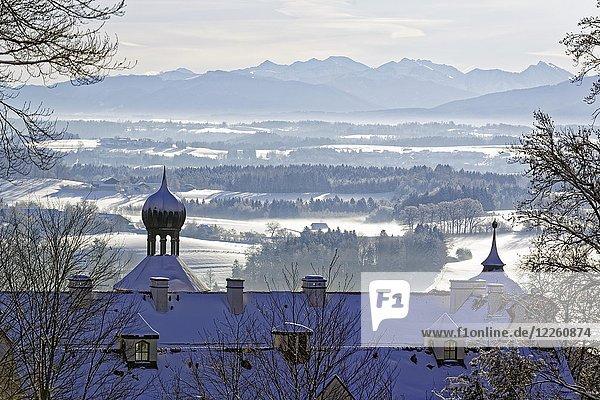 Morgenstimmung im Winter  Ausblick über Schloss Eurasburg auf Loisachtal  Eurasburg  Oberbayern  Bayern  Deutschland  Europa
