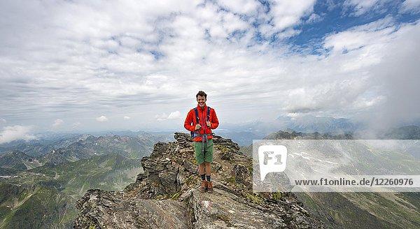 Wanderer auf dem Gipfel des Hochgolling bei wolkigem Himmel  Schladminger Höhenweg  Schladminger Tauern  Schladming  Steiermark  Österreich  Europa