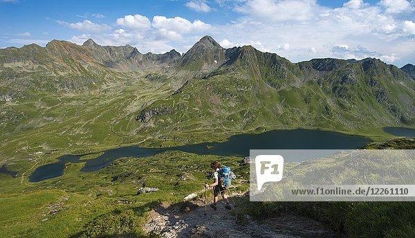 Wanderin auf dem Weg zur Berghütte Ignaz-Mattis-Hütte  Blick ins Tal auf die Giglachseen und Ignaz-Mattis-Hütte  Schladminger Höhenweg  Schladminger Tauern  Schladming  Steiermark  Österreich  Europa