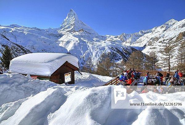 Berghütte mit Sonnenterrasse auf der Riffelalp 2222m im Winter  hinten Matterhorn 4478m  Zermatt  Mattertal  Wallis  Schweiz  Europa