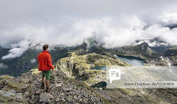 Wanderer  Wolken über Bergkamm  Ausblick vom Greifenberg auf den Klafferkessel  Oberer Klaffersee  Lungauer Klaffersee  Zwerfenbergsee  Schladminger Höhenweg  Schladminger Tauern  Steiermark  Österreich  Europa