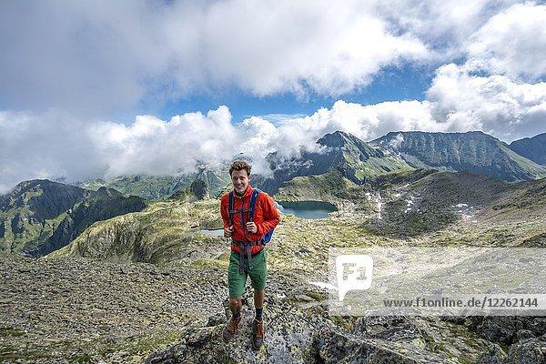 Wanderer auf dem Gipfel des Greifenberg  Blick auf Seen im Klafferkessel  Schladminger Höhenweg  Schladminger Tauern  Schladming  Steiermark  Österreich  Europa