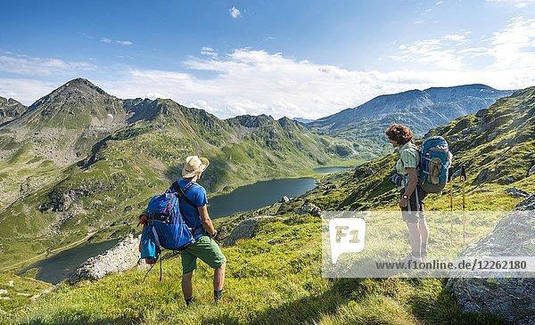 Wanderer und Wanderin blicken ins Tal auf die Giglachseen  Schladminger Höhenweg  Schladminger Tauern  Schladming  Steiermark  Österreich  Europa