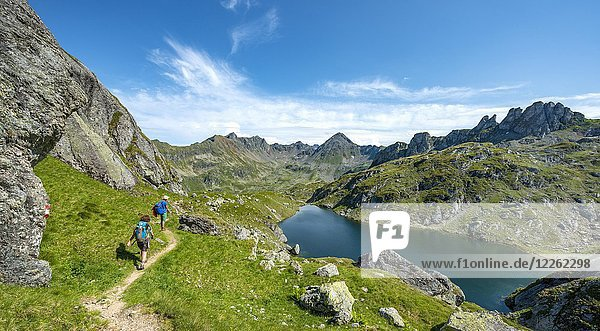Zwei Wanderer am Brettersee  Schladminger Höhenweg  Schladminger Tauern  Schladming  Steiermark  Österreich  Europa