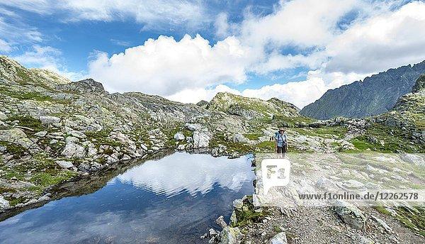 Wanderin an einem kleinen See  Klafferkessel  Schladminger Höhenweg  Schladminger Tauern  Schladming  Steiermark  Österreich  Europa