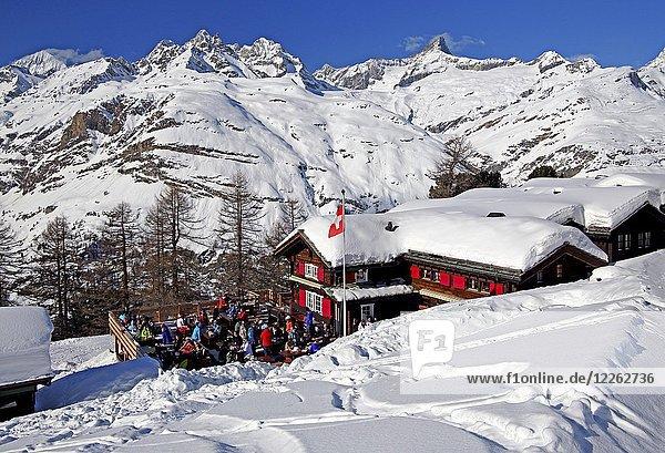 Berggasthof mit Sonnenterrasse auf der Riffelalp 2222m im Winter  hinten Obergabelhorn 4063m und Zinalrothorn 4221m  Zermatt  Mattertal  Wallis  Schweiz  Europa
