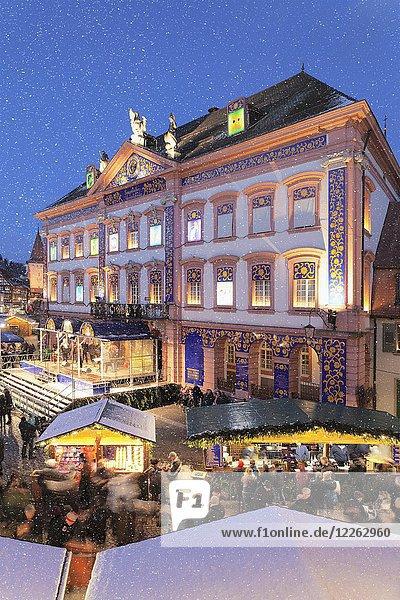 Weihnachtsmarkt mit Schneeflocken  Abenddämmerung  Gengenbach  Schwarzwald  Baden-Württemberg  Deutschland  Europa