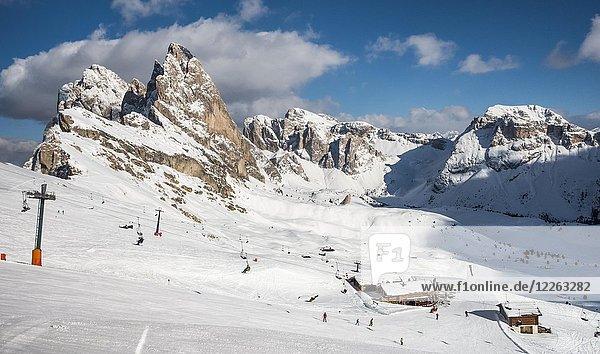 Skigebiet Seceda im Winter  hinten Geislerspitzen  Puez-Geisler-Gruppe  St. Christina in Gröden  Dolomiten  Südtirol  Alto Adige  Italien  Europa