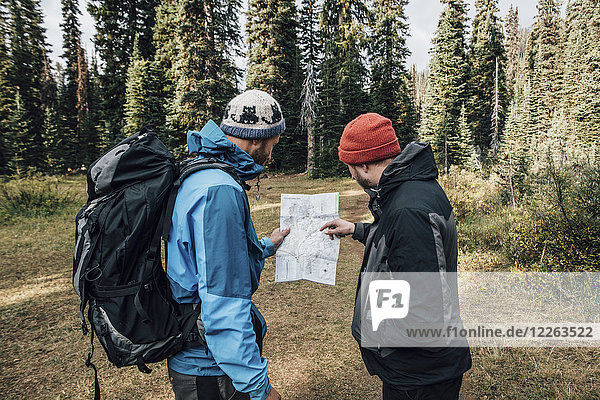 Kanada  British Columbia  Yoho Nationalpark  zwei Wanderer beim Kartenlesen am Mount Burgess