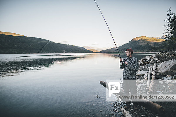 Kanada  British Columbia  Mann beim Angeln am Kinbasket Lake
