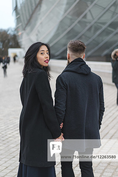Frankreich  Paris  Porträt einer jungen Frau Hand in Hand mit ihrem Freund