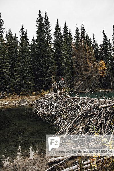 Kanada  British Columbia  zwei Männer auf dem Deich am Boya Lake
