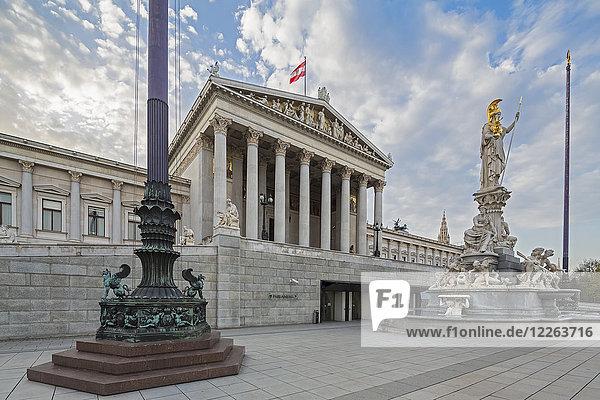 Österreich  Wien  Blick auf das Parlamentsgebäude mit Statue der Göttin Pallas Athene im Vordergrund