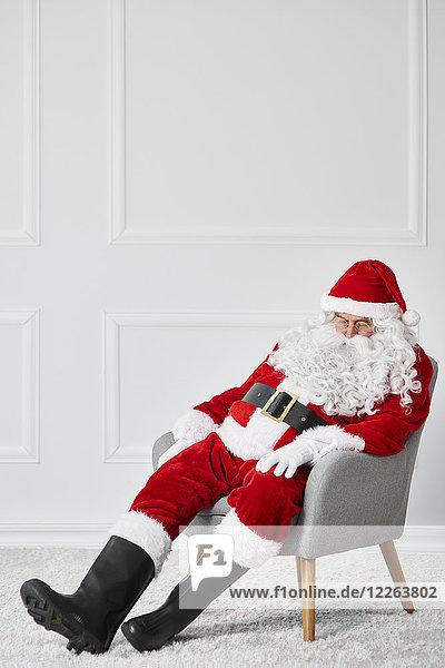 Weihnachtsmann im Sessel schlafend