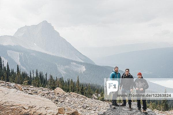 Kanada  British Columbia  Yoho Nationalpark  Portrait von drei Wanderern am Mount Burgess