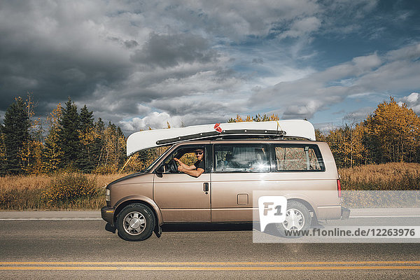 Kanada  British Columbia  Mann mit Minivan am Alaska Highway