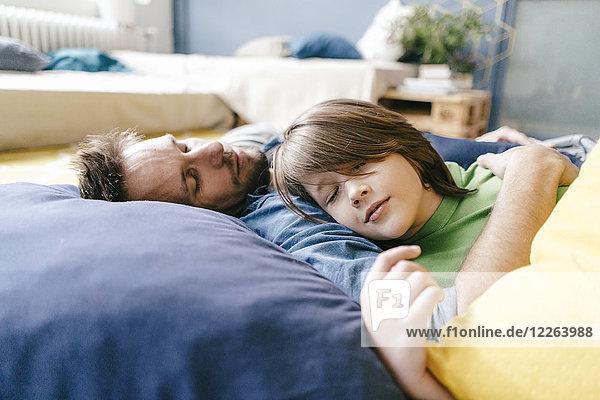 Vater und Sohn schlafen zu Hause