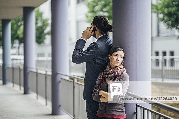 Geschäftsmann im Gespräch mit einer Frau  die wegguckt.
