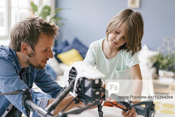 Vater und Sohn mit Drohne zu Hause