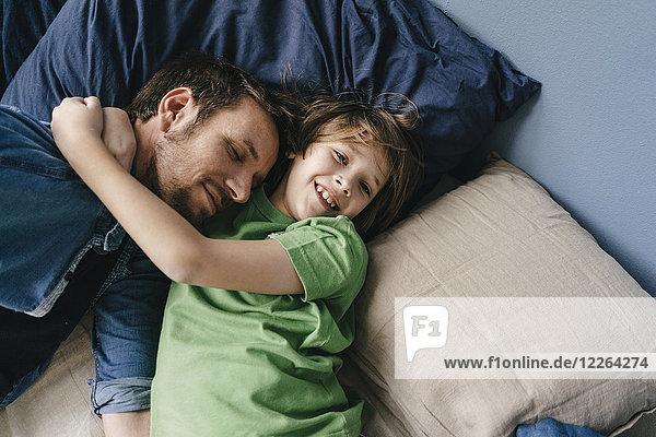 Vater und Sohn kuscheln zu Hause