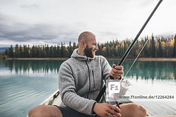 Kanada  British Columbia  Mann beim Kanufischen auf dem Boya Lake