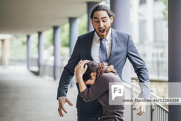 Geschäftsmann schreit Frau an