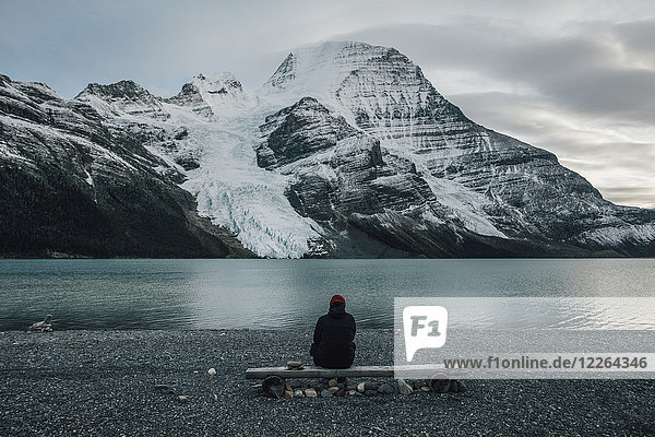 Kanada  British Columbia  Mount Robson Provincial Park  Mann sitzt am Berg Lake