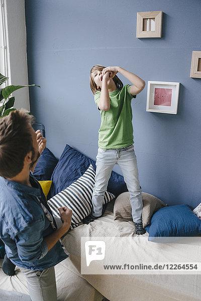 Verspielter Vater und Sohn zu Hause