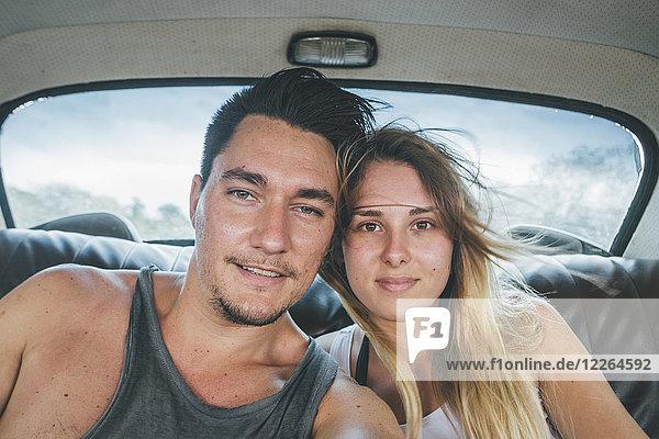 Kuba  ein junges Paar  das in einem Oldtimer sitzt und einen Selfie nimmt