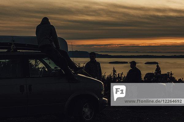 Kanada  British Columbia  Prince Rupert  Freunde mit Minivan am Mount Hays bei Sonnenuntergang