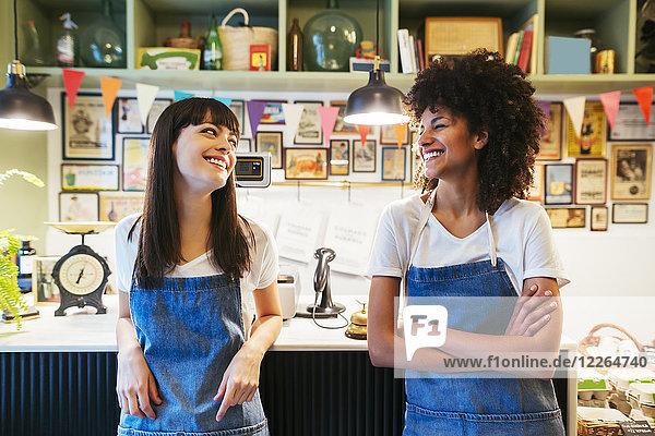 Porträt von zwei lächelnden Frauen in einem Geschäft