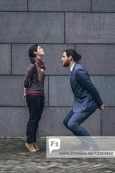 Geschäftsmann steht der Frau gegenüber