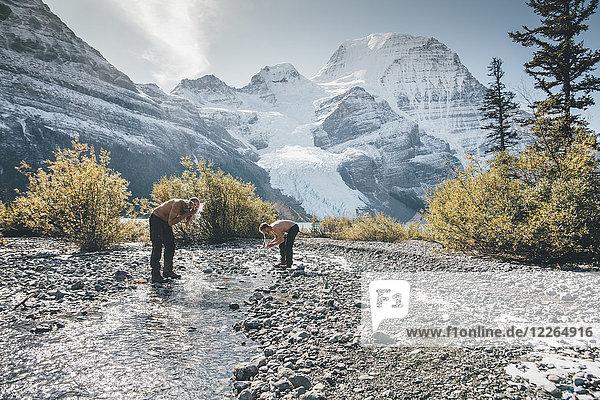 Kanada  British Columbia  Mount Robson Provincial Park  zwei Männer beim Waschen im Bach
