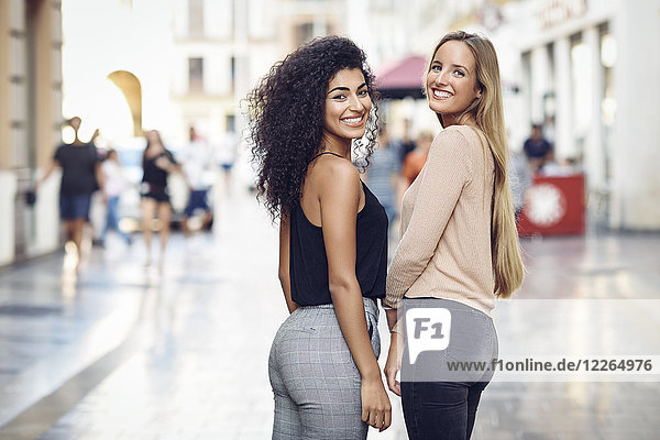 Portrait von zwei glücklichen Freunden auf der Straße