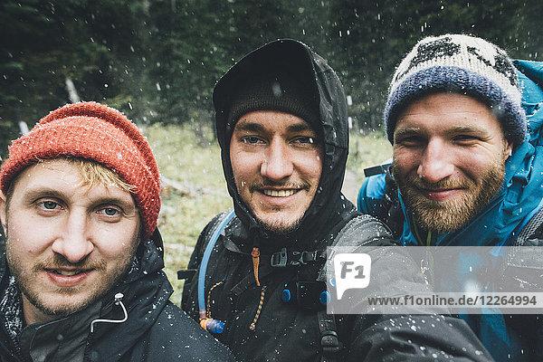 Kanada  British Columbia  Yoho Nationalpark  Selfie von drei lächelnden Wanderern im Schneefall