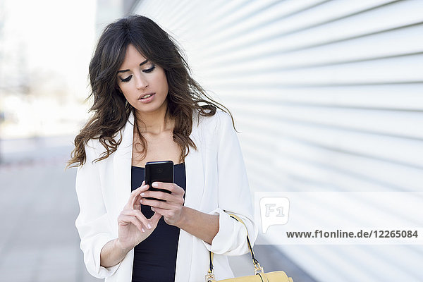 Portrait der Geschäftsfrau mit dem Handy