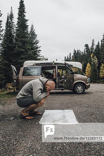 Kanada  British Columbia  Mann mit Minivan-Lesekarte auf der Autobahn