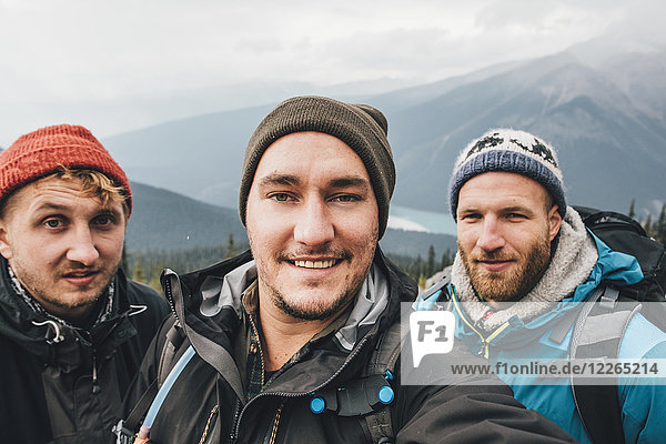 Kanada  British Columbia  Yoho Nationalpark  Selfie von drei lächelnden Wanderern am Mount Burgess